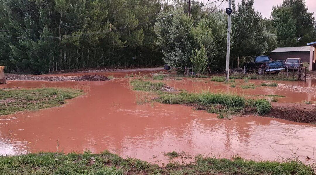 La tormenta en Malargüe afectó varias calles y realizaron encauces de crecientes