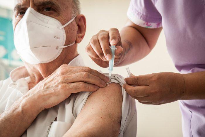 Comenzaron a vacunar a los profesionales de la Salud mayores de 50 años