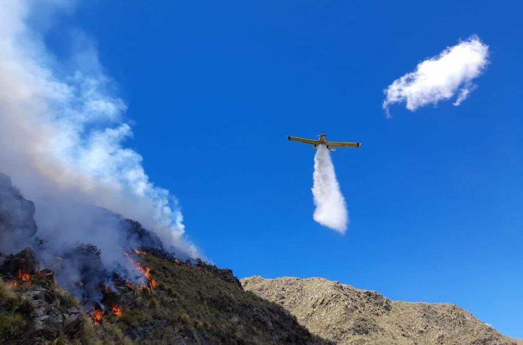 90 efectivos combaten el incendio en el límite entre Córdoba y San Luis